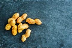 Plan rapproché sur des arachides sur le substrat en pierre Photographie stock libre de droits
