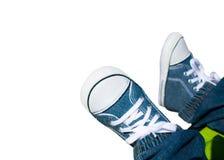 Plan rapproché sur des pieds d'enfant avec des espadrilles Photos libres de droits