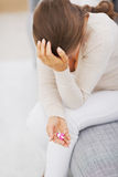 Plan rapproché sur des pilules à disposition de jeune femme soumise à une contrainte Photographie stock libre de droits