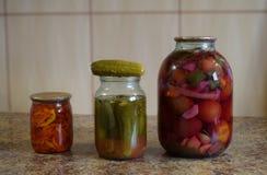 Plan rapproché sur des pots de légumes marinés sur la table image stock