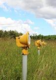 Plan rapproché sur des projecteurs d'atterrissage de piste dans le domaine d'herbe Image stock