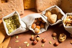 Plan rapproché sur différents genres de noix Image libre de droits