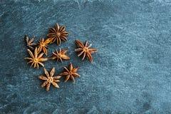 Plan rapproché sur l'anis d'étoile sur le substrat en pierre Images libres de droits