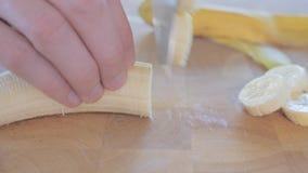 Plan rapproché sur la banane de coupe de chef sur une planche à découper clips vidéos