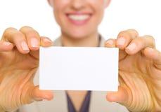 Plan rapproché sur la carte de visite professionnelle de visite à disposition de la femme d'affaires Images stock