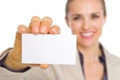 Plan rapproché sur la carte de visite professionnelle de visite à disposition de la femme d'affaires Photographie stock libre de droits