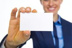 Plan rapproché sur la carte de visite professionnelle de visite d'apparence de femme d'affaires Photographie stock libre de droits