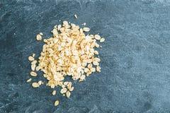 Plan rapproché sur la farine d'avoine sur le substrat en pierre Image stock