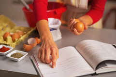Plan rapproché sur la femme au foyer préparant le dîner de Noël dans la cuisine Photographie stock