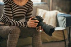Plan rapproché sur la femme avec l'appareil-photo moderne de photo de dslr Photographie stock libre de droits