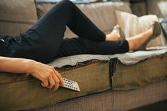 Plan rapproché sur la femme regardant la TV en appartement de grenier photographie stock libre de droits