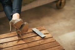 Plan rapproché sur la femme regardant la TV en appartement de grenier image libre de droits