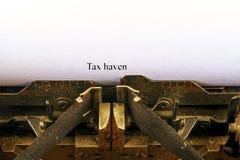 Plan rapproché sur la machine à écrire de vintage Foyer avant sur des lettres faisant le texte de PARADIS FISCAL Image de concept photo libre de droits
