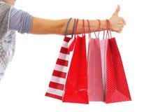 Plan rapproché sur la main de femme avec des sacs à provisions montrant des pouces  Image libre de droits