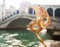 Plan rapproché sur la main de femme tenant le masque de Venise près du pont de Rialto Photo stock