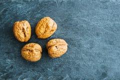 Plan rapproché sur la noix sur le substrat en pierre Photos libres de droits