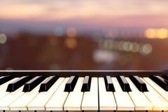Plan rapproché sur la perspective de l'instrument de musique de clavier de piano avec Image stock
