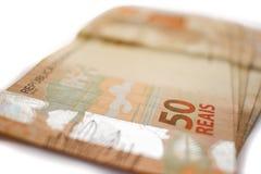 Plan rapproché sur la pile de la devise du Brésilien 50 Photographie stock libre de droits