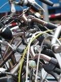 Plan rapproché sur le bike& x27 ; guidons de s Photographie stock libre de droits