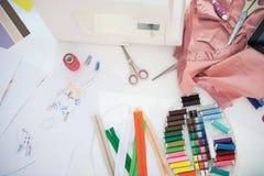 Plan rapproché sur le bureau de la femme de couturière Photos libres de droits