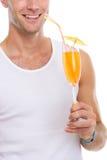 Plan rapproché sur le cocktail heureux de fixation d'homme Image stock