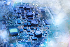 Plan rapproché sur le conseil électronique dans l'atelier de réparations de matériel, brouillé et Photo libre de droits