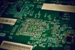 Plan rapproché sur le conseil électronique dans l'atelier de réparations de matériel, brouillé et modifié la tonalité Photographie stock libre de droits