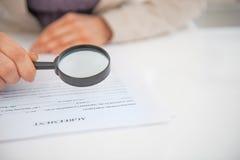 Plan rapproché sur le document l'explorant de femme d'affaires Image libre de droits