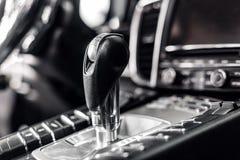 Plan rapproché sur le levier de transmission automatique dans la voiture moderne multimédia et boutons de contrôle de navigation  Photos libres de droits