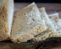 Plan rapproché sur le pain coupé en tranches sur la table en bois Images libres de droits