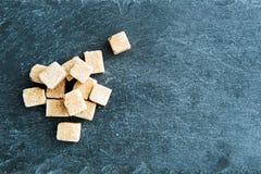 Plan rapproché sur le sucre de canne sur le substrat en pierre Images stock