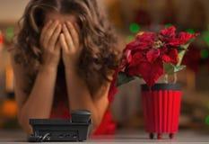 Plan rapproché sur le téléphone et la femme soumise à une contrainte à l'arrière-plan photos stock