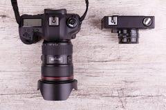 Plan rapproché sur les caméras différentes du fond deux en bois gris photo libre de droits