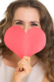 Plan rapproché sur les cartes de dissimulation de jour de valentines de femme Photo libre de droits