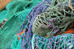 Plan rapproché sur les filets de pêche colorés dans le port de pêche de Portree, île de Skye, montagnes, Ecosse, R-U Photographie stock libre de droits