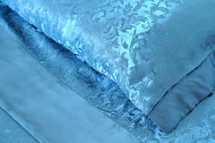 Plan rapproché sur un oreiller bleu soyeux Image stock
