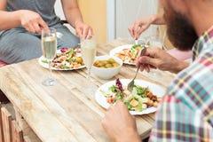 Plan rapproché tiré des amis dînant ensemble Images stock