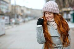 Plan rapproché tiré du modèle étonnant de gingembre avec de longs cheveux portant pour tricoter photographie stock libre de droits