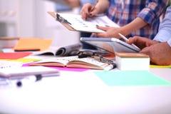Plan rapproché travailler créatif de trois de jeune concepteurs image libre de droits