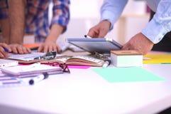 Plan rapproché travailler créatif de trois de jeune concepteurs Image stock