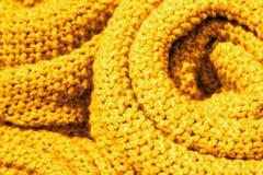 Plan rapproché tricoté de laine de tissu de couleur jaune à la mode de la Ceylan, texture, fond image libre de droits