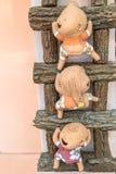 plan rapproché, trois poupée drôle sur une échelle en bois, couleur de processus Image stock