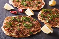 Plan rapproché turc de lahmacun de pizza sur une table en pierre horizontal Image libre de droits