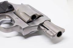 plan rapproché un pistolet d'isolement sur le fond blanc Image stock