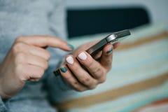 Plan rapproché Une fille utilise un téléphone portable pour appeler ou envoyer un message ou pour communiquer dans un réseau soci photo stock