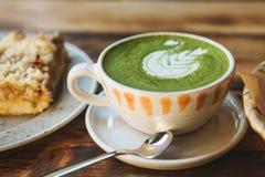 Plan rapproché Une tasse de thé vert a appelé le thé de Matcha ou le café de vert avec un modèle Image stock