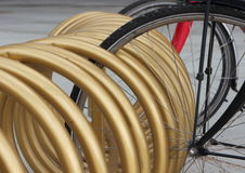 Plan rapproché urbain de support de cercle de bâti d'or de bicyclette Photographie stock