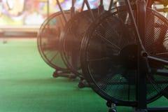 Plan rapproché - vélos d'air pour la cardio- séance d'entraînement intensive dans le gymnase Image stock