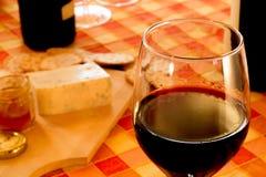 Plan rapproché winetasting avec du fromage et le pain Images libres de droits