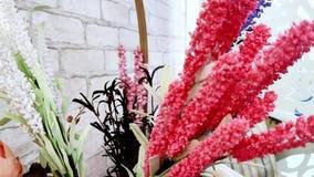 Plan rapproch? Belles fleurs artificielles multicolores banque de vidéos